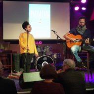 Makeda synger akkompagnert av Daudi på gitar